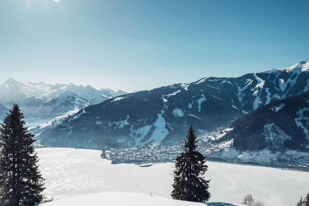 schneeschuhwanderung mit blick auf den see c